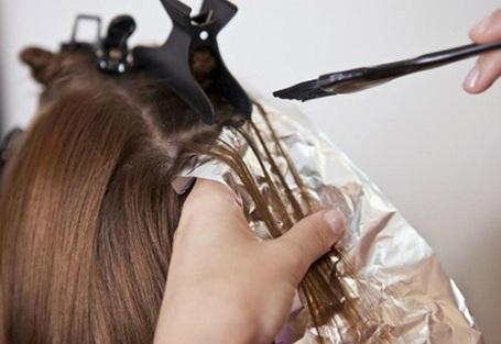 Các sản phẩm chăm sóc tóc gây hại cho da đầu và khiến tóc bị bạc sớm