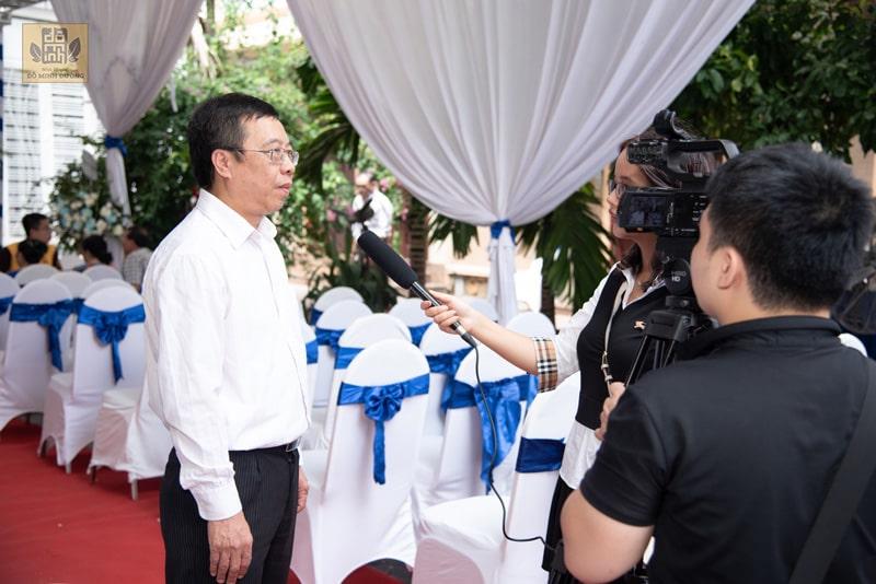 Bác sĩ Lê Hữu Tuấn trả lời phóng viên