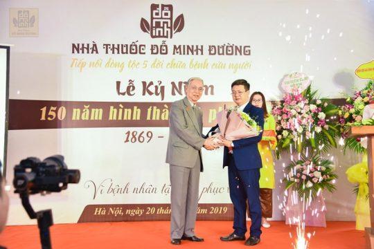 Ông Nguyễn Đức Đoàn – Chủ tịch Hội nam y Việt Nam (bên trái)