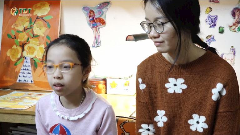 Bé Tùng Chi và mẹ đưa ra ý kiến về bài thuốc