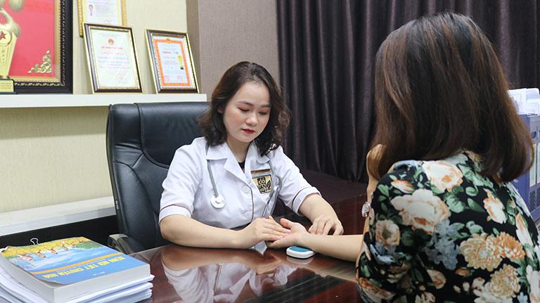 Bệnh nhân khi đến Đỗ Minh Đường được bác sĩ tư vấn, thăm khám tận tình