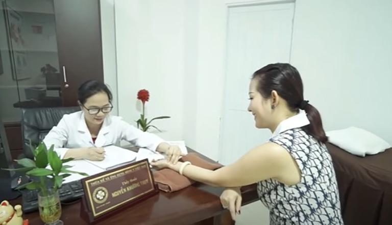 Bác sĩ Thụy thăm khám cho bệnh nhân, thường xuyên nắm rõ tình trạng sức khỏe của người bệnh để có phương án cải thiện