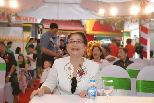 Nghệ sĩ Kim Xuyến tại lễ khai trương bệnh viện Quân dân 102