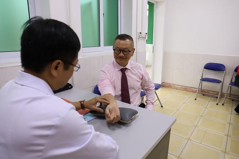 Nghệ sĩ Trần Đức tham quan và trải nghiệm dịch vụ của bệnh viện