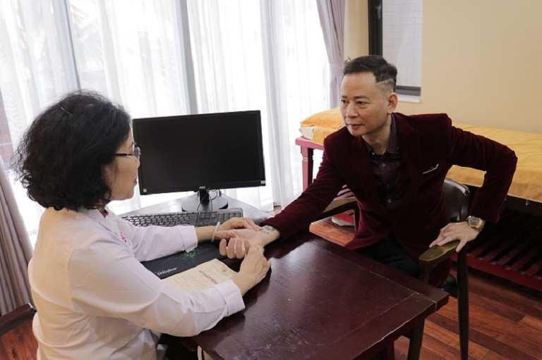 Bác sĩ Nguyễn Thị Vân Anh thăm khám và lắng nghe những nỗi trăn trở của người nghệ sĩ trẻ