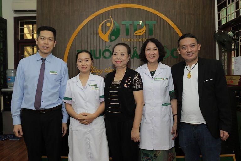 Hình ảnh nghệ sĩ Thu Hà khám chữa dạ dày trong buổi đầutại Thuốc dân tộc