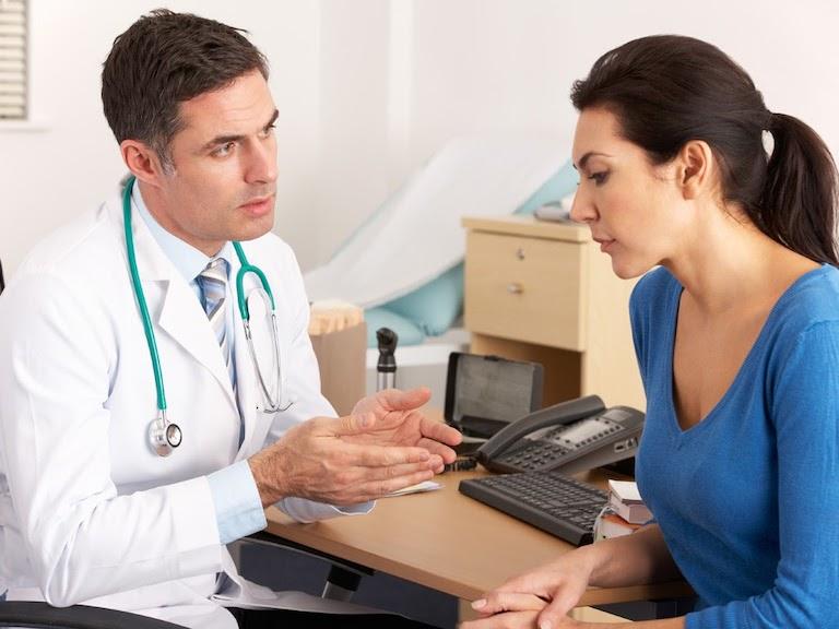 Khi nhận thấy các triệu chứng nhiễm khuẩn HP, người bệnh cần đến gặp bác sĩ để được thăm khám
