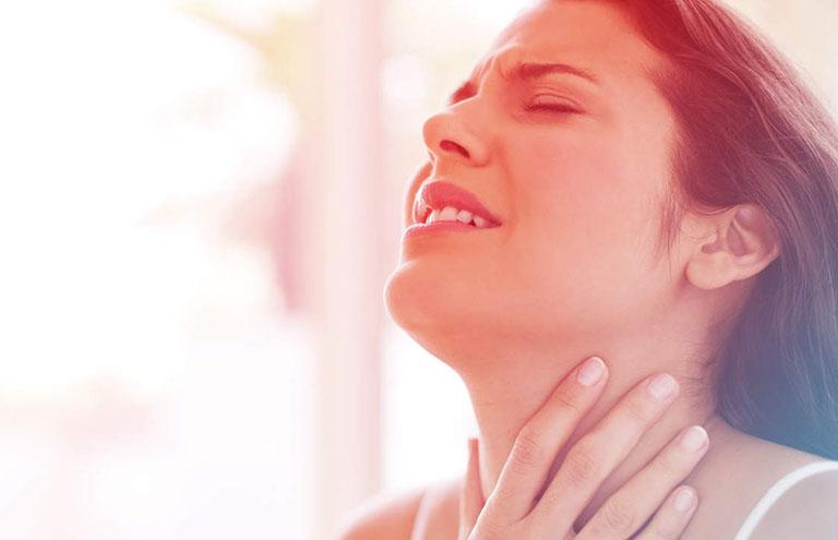 Bệnh gây ra các triệu chứng ngứa rát, vướng víu trong cổ họng khi nuốt thức ăn