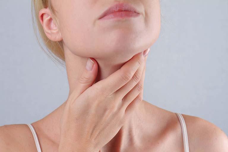 Các loại thuốc paracetamol, aspirin sẽ giúp cải thiện các cơn đau nhức họng và hạ sốt cho người bệnh