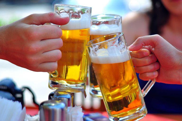 Người bị viêm đại tràng không nên uống nhiều rượu bia