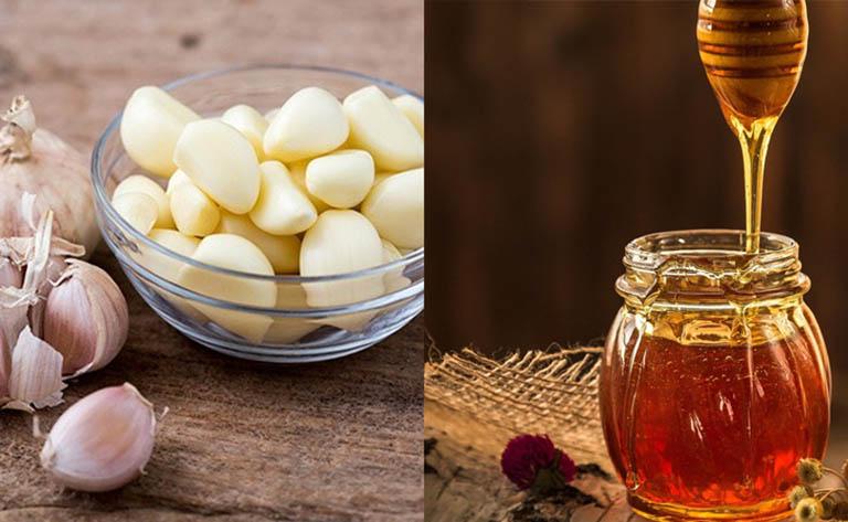 Mẹo dân gian từ tỏi và mật ong có khả năng cải thiện các triệu chứng của bệnh