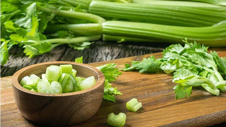 Người bệnh nên thêm cần tây và hành tây vào chế độ ăn uống hàng ngày của mình