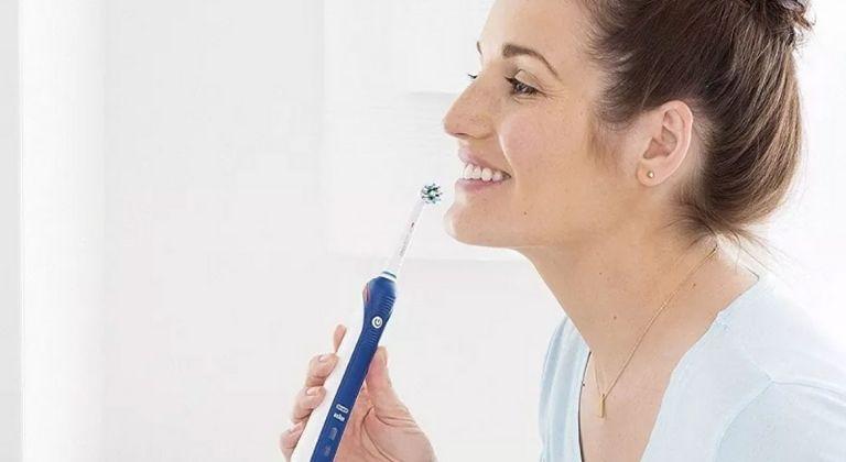 Luôn vệ sinh răng sạch để hạn chế viêm họng hạt gây hôi miệng