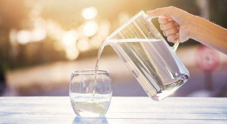 Uống nhiều nước giúp giảm vi khuẩn gây hôi miệng