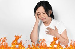 Những cơn bốc hỏa vào ban đêm có thể gây khó ngủ, mất ngủ